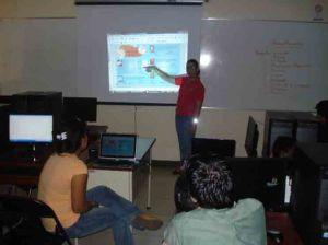 aprendiz de maestro exponiendo en clase