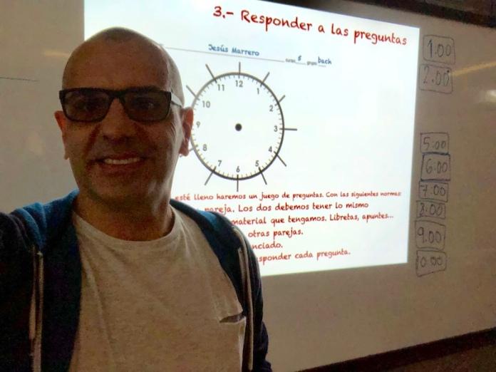 profe jesus evalunado con el reloj de las citas